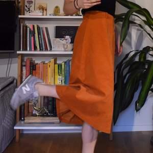 """Orange kjol i manchestertyg, köpt second hand (märket heter """"Felicia de Réne""""). storlek S - men den är högmidjad så passar också M. Den är i extremt bra skick och vet inte om man kan räkna den som vintage men vill nästan säga att den är! 🐸"""