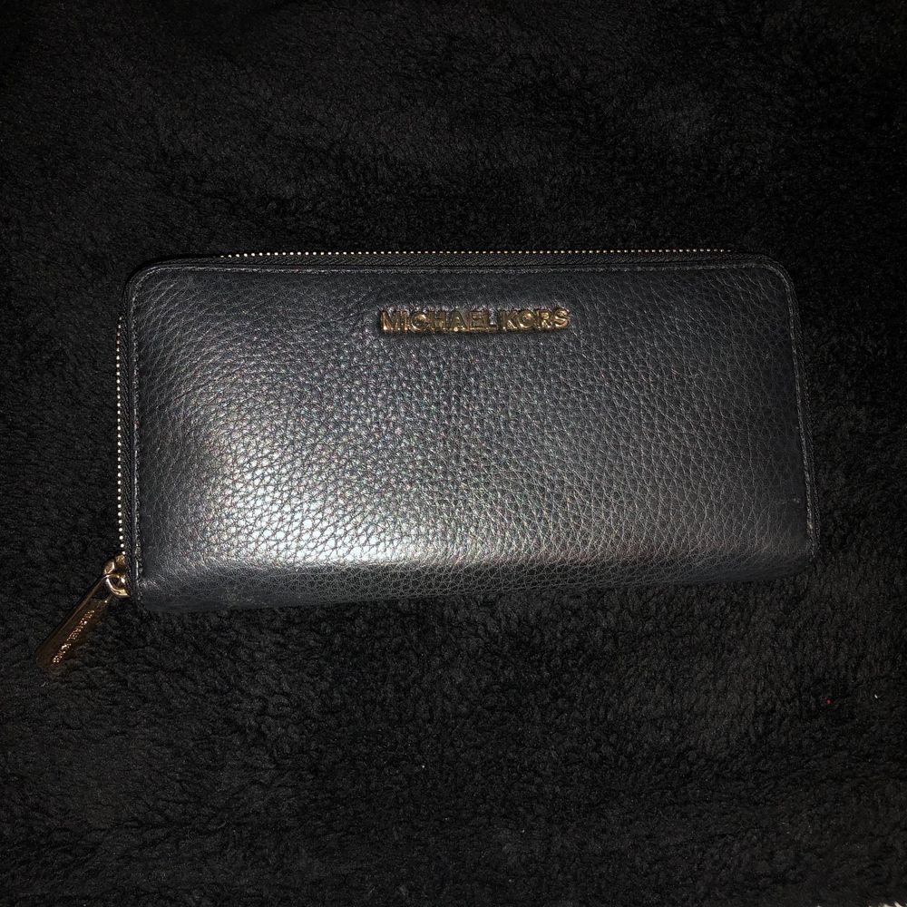 Svart Michael Kors plånbok. Accessoarer.