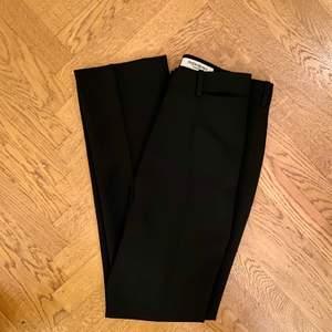 Jättefina vintage kostymbyxor från Yves Saint Laurent🖤 tyvärr för små för mig😞 sista bilden är lånad men det är ungefär hur de sitter på