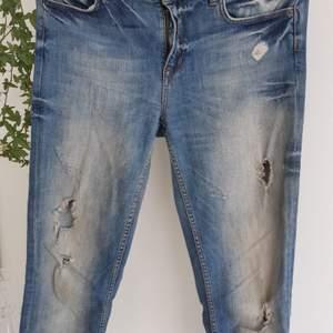 Jeans med slitning, sparsamt använda. Inget särskilt att anmärka på.