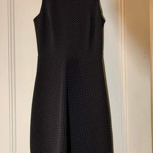 Rutig klänning köpt och gjord i Italien, använd en gång. Som ny