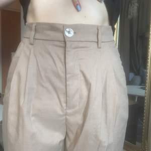 Beiga kostymbyxor från H&M, knappt använda.