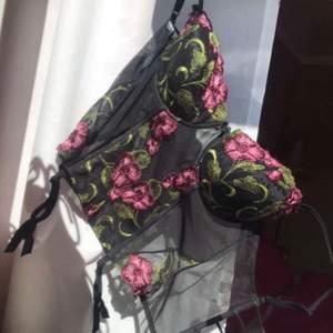 Första bilden lånad av hen jag köpte av! Såå vacker korsett med broderade blommor (säljer enbart för att den inte används:/) Budgivning om flera är intresserade! Bud: