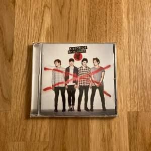"""5 seconds of summers album """"5 seconds of summer"""" på röd cd. Tyvärr en spricka i fodralet. Annars i nyskick. Köparen betalar frakt."""