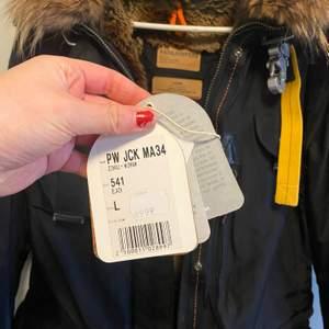 Säljer min underbara Parajumper i modellen denali masterpiece jacket i storlek L.   Jackan är knappt använd och taggar finns kvar, kvittot och extra Parajumper märke. Att tillägga är att Parajumper är relativt små i storlekar. Har i vanliga fall M! Jackan ligger ute på flera ställen.
