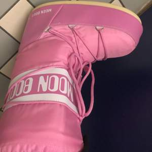 Funderar på att sälja mina rosa moonboots i storlek 42 typ. Dem är i bra skick inte använda så mycket då det aldrig kommer snö hos mig:( skriv till mig vad ni kan ge för dem