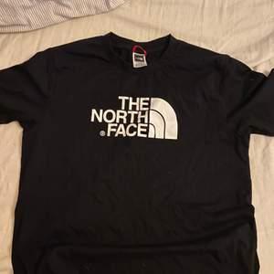 Säljer denna t-shirt i S, oanvänd
