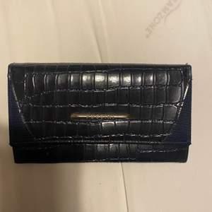 Säljer denna svarta plånbok. Den är lite sliten, men tycker inte att det syns. Undrar man över något så är det bara att kontakta mig.