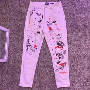 asballa crocker jeans med tryck på!! jätte sköna och stretcigt material, passar mig bra som är 168 cm