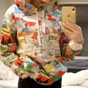 Supercool Comme des Garçons hoodie. Nypris 2400kr 💙 använt minst 2 ggr. Säljer pågrund av att de inte riktigt är min stil. Buda i kommentarerna. Storlek M men ganska liten i storleken.