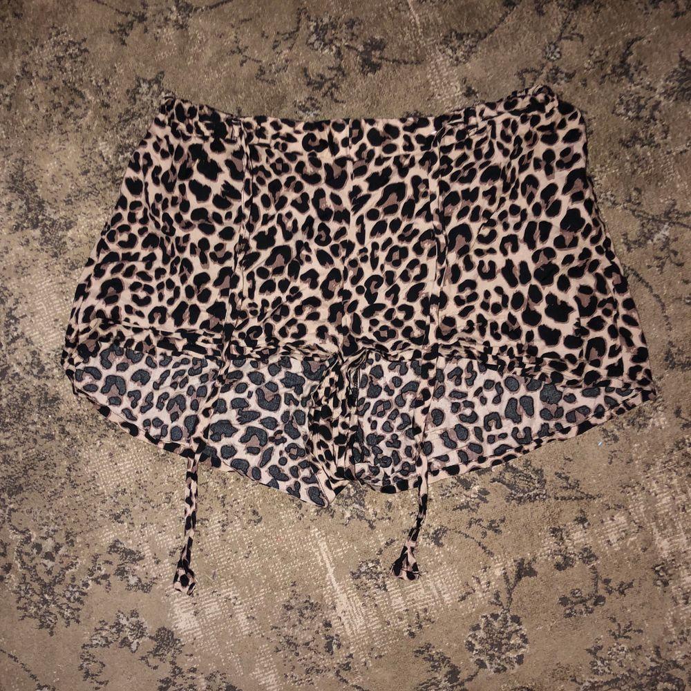 leopard shorts i storlek S, oklart från vart. pris = diskuterbart men köpare står för frakt! ❤️❤️. Shorts.