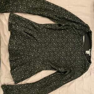 Fin svart och vit tröja med utsvängda armar och vid nedre delen av tröjan. Använd endast få gånger, helt nytt skick. Köpt på HM, Pris går att diskuteras 💓