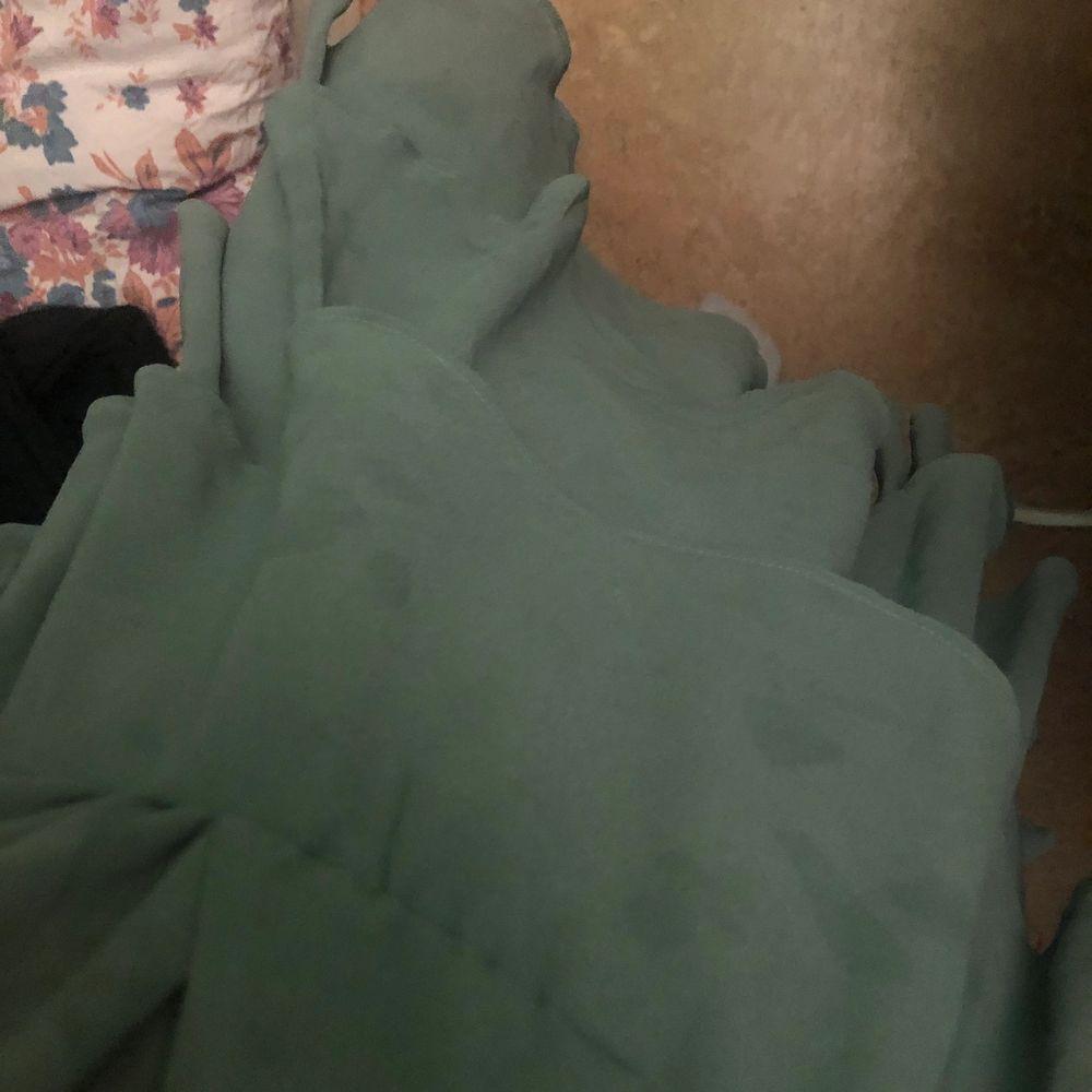 Fin klänning som är flitigt använd och tyvärr fått mörkare fläckar därav billigare pris ❤️. Klänningar.