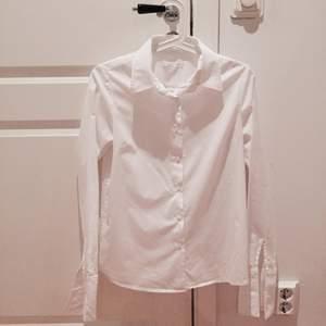 Vit figursydd skjorta från Åhléns, märket Wera. Aldrig använd! Storlek 36/S men passar nog en 38 också. Fin kvalitet! Kan skicka fler bilder vid intresse. Tar swish!