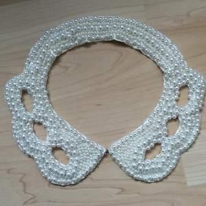 Fin krage/halsband med pärlor från bikbok