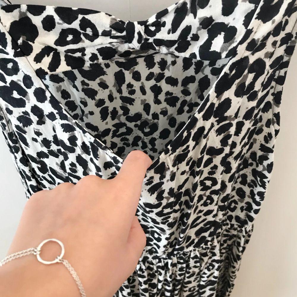 Vit klänning från H&M med svarta leopard mönster och ett fint hål på baksidan på ryggen🌸✨ . Klänningar.