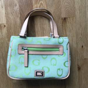 Fin liten väska som aldrig är använd. Bra material och fin mintgrön färg.