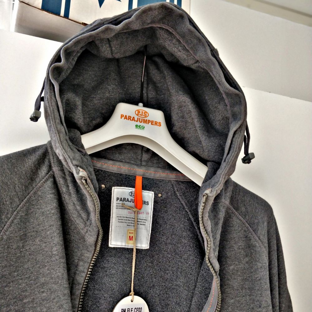PJS-hoodie i väldigt bra skick. Har haft denna ett tag nu och har märkt att jag inte bär hoodie allt för ofta, där av det goda skicket på plagget. Den sitter som en stor medium eller en liten large. Jag är en medium har inga problem att ha den men funkar för de som har large för de flesta också.    Kan mötas och kan frakta📩  Kan även tänka mig byta mot skjortor i storlek M. . Tröjor & Koftor.