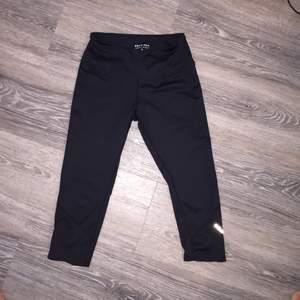 Nya tränings leggings från röhnisch Säljes endast pågrund av garderobsrensning • Köparen betalar frakt. Ansvarar EJ för postens slarv.  • Ställ gärna frågor. (:
