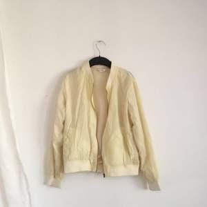 Gul vintage jacka köpt på american vintage. Skulle säga att det är en oversized xs (har en liten fläck på vänster bröst)(har inte testat att tvätta själv) Frakt + 55