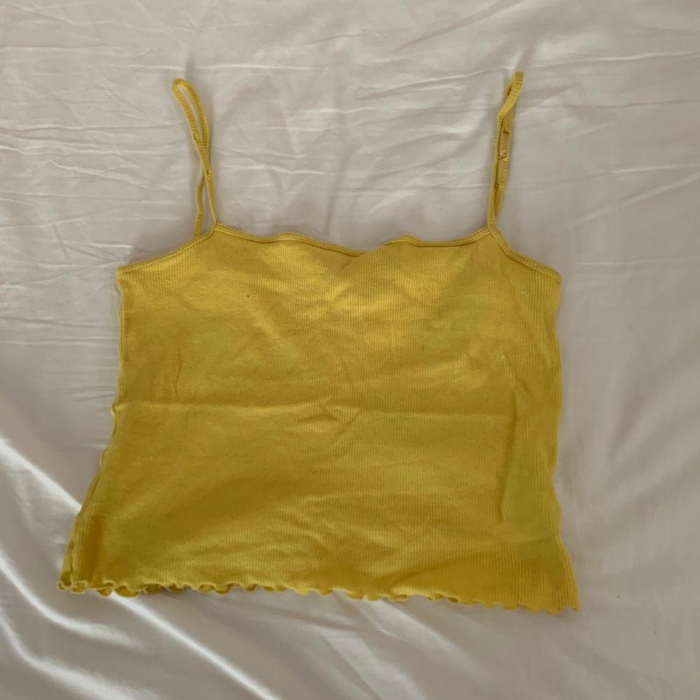 Gul croptop linne, använder inte längre pågrund av viktuppgång :). Toppar.