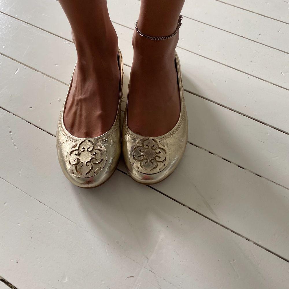 Säljer fina ballerinaskor från Nilsons i storlek 37, men är med som 36 eller 36,5. Knappt använda pga för liten för mig. Färg guld. Äkta skinn. Skor.
