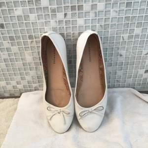 Söta ballerina skor från Nilsson Shoes i strl 39. Ordentligt omhändertagna med impregnering och insmörjning regelbundet