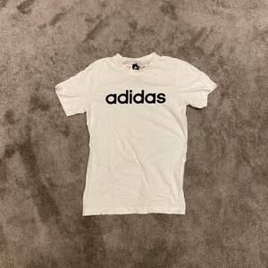 Säljer en adidas t-shirt i storlek 152. Nästan aldrig använd.