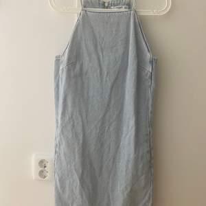 Denimklänning från Mango, i storlek S.  Endast använd ett fåtal gånger.