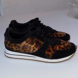 Sköna sneakers med leo-print. Använda 2-3 ggr. Dock liten defekt fram på högra skon, därav reducerat priset. Går att limma om det stör