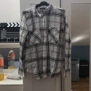 Vit skjorta som är rutig. Kan knytas runt midjan. Från Gina Tricot. Strl 36. Kan skicka, köpare står för frakt.