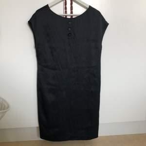 Äkta Chloe klänning gjord i äkta silke. Har påsydda knappar på framsidan. Detalj på baksidan så man ser ryggen. Rak passform. Passar bäst om du är väldigt smal o rak. Har en dragkedja på sidan. Kan skicka fler bilder i DM