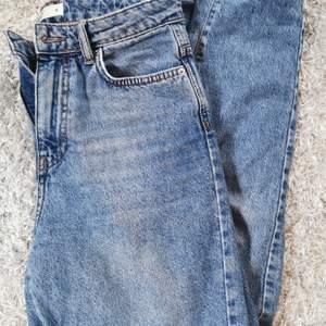 Säljer mina dagny mom jeans från Gina Tricot då de inte kommer till användning. Använda kanske 5 gånger max!! Super fint skick, precis som nya. Nypris är 500kr, men jag säljer dessa för 250 då de i princip är som nya🥰 frakt tillkommer!!