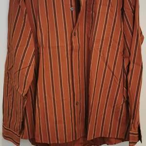 Orangerandig skjorta från gigili.
