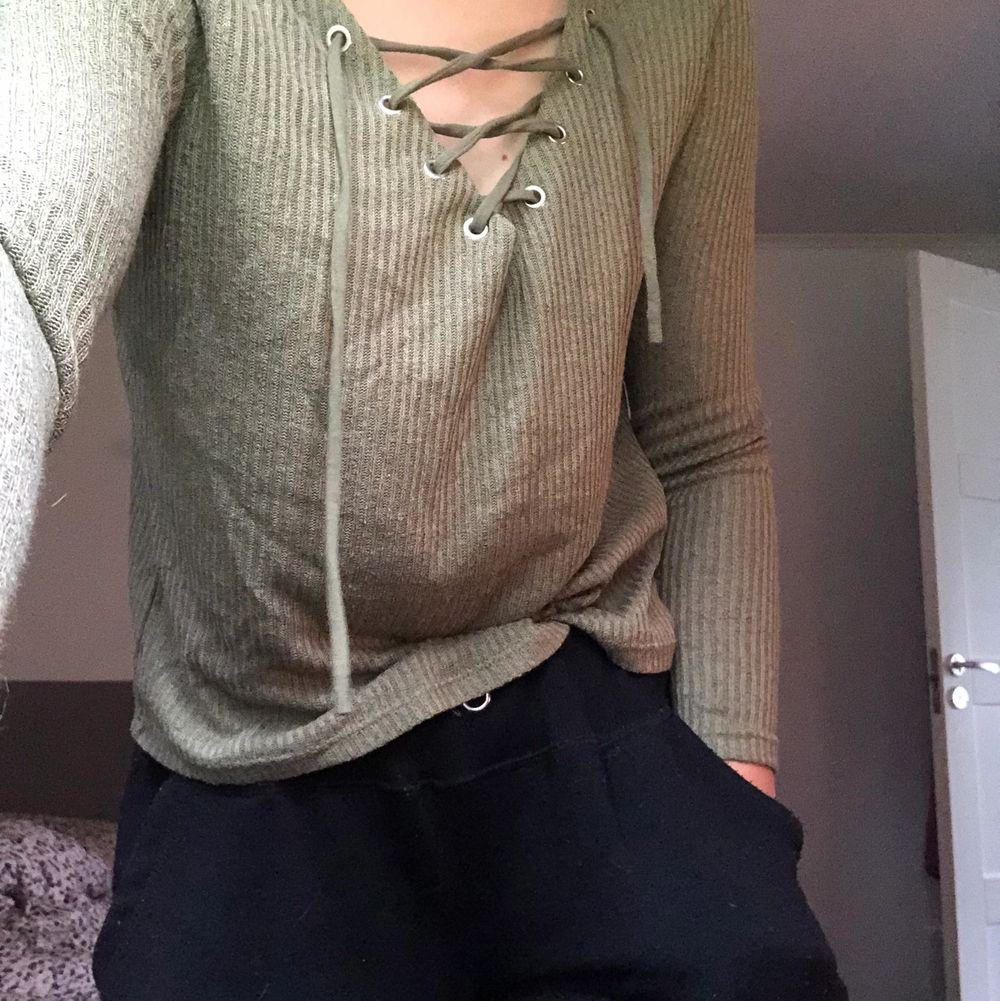 En grön tröja ifrån hm med snörning😋 inte använd mycket alls 😝. Tröjor & Koftor.