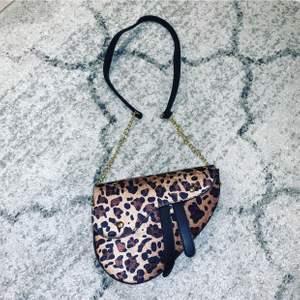 Dör snygg sadel väska ifrån boohoo, aldrig använt, frakt tillkommer
