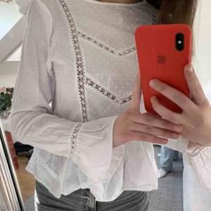 Säljer denna jättesöta blusen från nakd💕💕perfekt att ha den bara som den är eller ha under en stickad tröja, passar till inprincip allt!! Använd rätt mycket men är ändå i ett fint skick, säljer för 100 men kan gå med för billigare pris vid snabb affär.