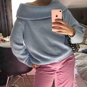 Jätte skön och mjuk tröja från H&M. Färgen är babyblå och har använts endast fåtal par gånger. Den är lite off shoulder som man kan se på bilderna vilket jag tycker är ur snyggt.
