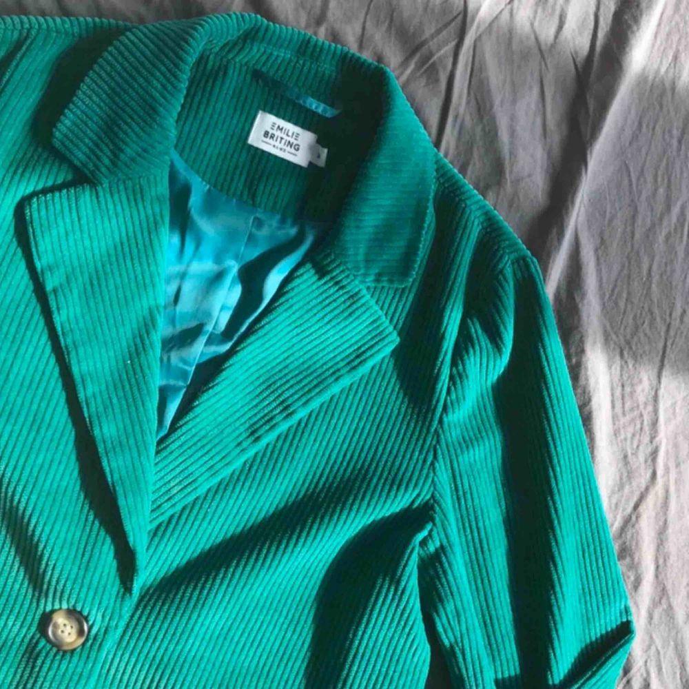 Säljer denna as snygga kavajen från NAKD! I str 34 men passar mig som är 36! Man kan ha den över en hoodie eller bara kavajen! Frakten ligger på 60kr! Nypris: 500kr Mitt pris: 160kr! 💖⭐️💖⭐️💖. Kostymer.