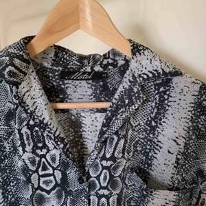 Hawaiiskjorta från MotelRocks med snakeprint. Använd fåtal gånger. Frakt ingår i priset!!