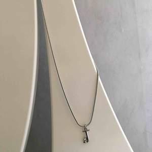 """Halsband med bokstaven """"J"""". Aldrig kommit till användning. •Köparen står för frakt!"""