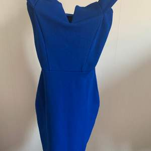 Säljer denna jätte snygga blåa klänning ifrån boohoo, tyvär var den alldeles för liten för mig, oanvänd, storlek 36, passar även 34