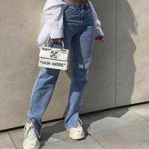 Säljer dessa såå coola och populära jeans med slits. Det är exakt samma modell som på bilden fast i svart. Påminner en del om de svarta jeansen från zara med slits. Skicket är jättefint, buda från 500.