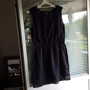 Fin klänning från CCDK COPENHAGEN i fint skick bortsett från att sömmen har släppt lite och elastisk i midjan krasmar. Ge ett bud?