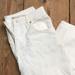 Vita jeans med hål vid knäna från Asos. Loose fit. Waist 26/30. Aldrig använda, endast prövade. Lite skrynkliga för de har legat i garderoben. Frakt tillkommer 🌹