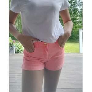 Aprikosfärgade shorts från hm i stl 164/13-14 år. Ser ut som jenasshorts men är inte i jeansmaterial. Sparsamt använda