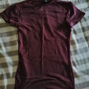 Ribbad t-shirt i en lite mörk röd lilla färg som är använd bara ett par gånger så inga skador eller fel på tröjan.