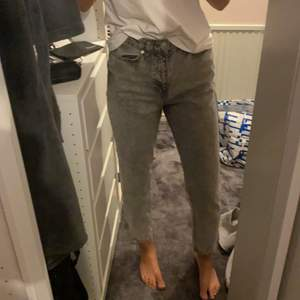 Säljer mina fina gråa mom jeans från Gina Tricot som knappt har använts. De är i jättebra skick och sitter jättefint! Köparen står för frakt eller så kan vi mötas upp.