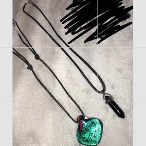 Den första gröna halsbandet kostar 70kr och stenen är handgjord💚🖤. Den andra halsbandet med svart sten kostar 50kr🖤. Armbandet kostar 40kr, jätte fin att ha under en speciell dag. Fler frågor? skriv till mig privat.