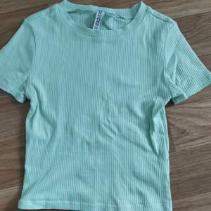 Blå ribbad t-shirt i stl xs (väldigt ful bild 😳) knappt använd eftersom att det inte är min stil